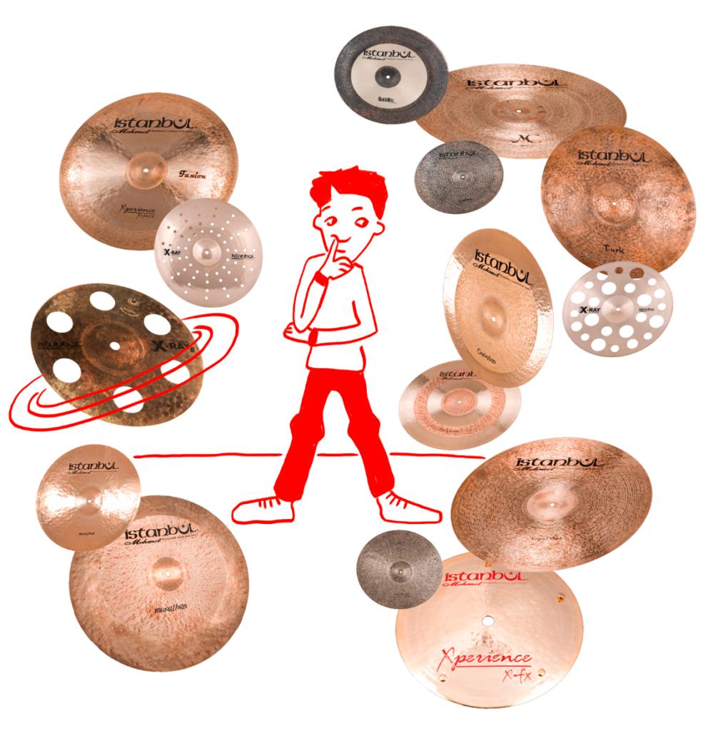 Junge umgeben von verschiedenen Cymbals.  Frage: was brauche ich?