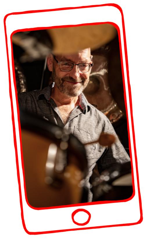 Photo von Andreas Aeppli am Schlagzeug in gezeichnetem Handy Display